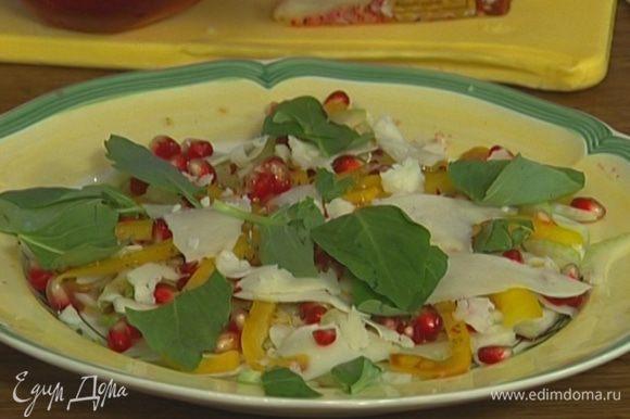 Полить заправкой, выложить сверху еще слой сыра и присыпать листьями базилика.