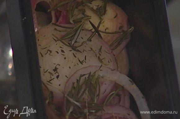 Накрыть противень фольгой и отправить в разогретую духовку на 30 минут. Затем фольгу снять и запекать лук еще 10 минут.