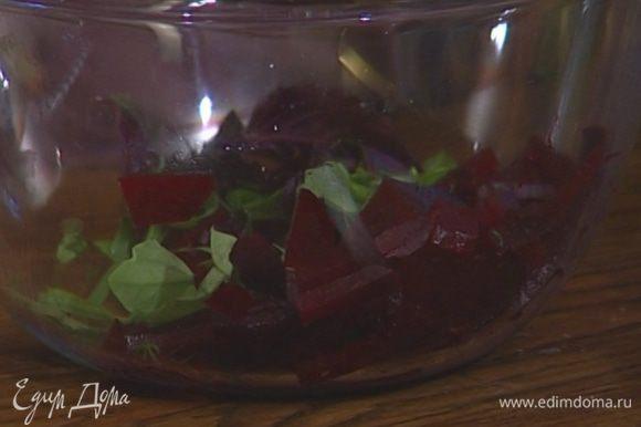 Перемешать в глубокой посуде яблоки со свеклой и чечевицей.