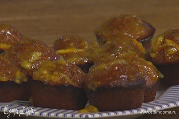 Апельсиновое варенье подогреть вместе с ликером и пропитать горячие булочки.
