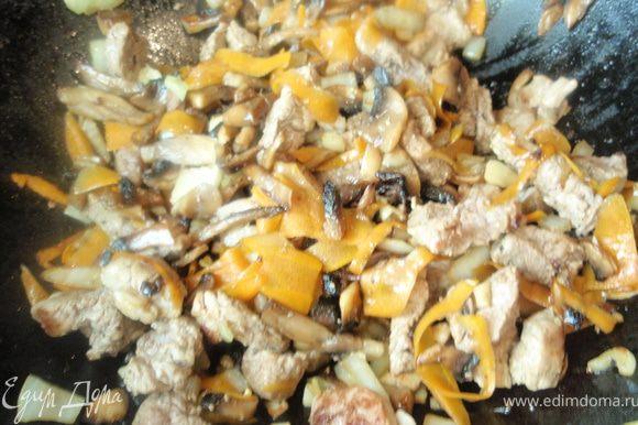 Нарезать шампиньоны достаточно мелко и обжарить на сухой сковороде. Затем добавить масла и подрумянить грибы. Мясо нарезать небольшими кусочками и отправить к грибам. Тоже дать обжариться. Нашинкуем лук, чеснок и морковь. И тоже обжарим. Если у вас не вырезка, то можно потушить всё вместе минут 10 прежде чем добавить гречу.