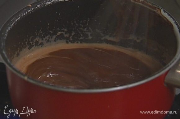Приготовить глазурь: шоколад растопить вместе со сливками, затем слегка остудить.
