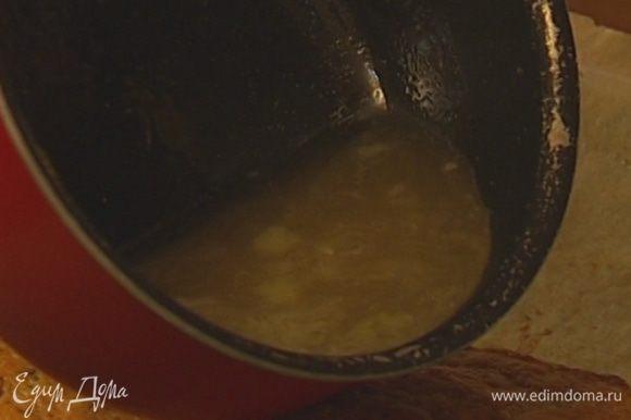 Лимонный сок влить в небольшую кастрюлю, добавить 50 г сахара и хорошенько прогреть, чтобы сахар растворился, добавить в сироп оставшуюся цедру.