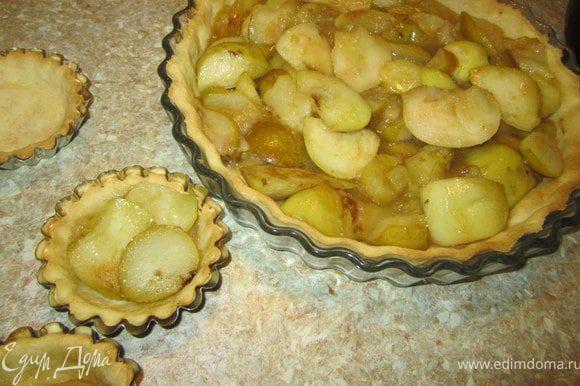 На пропеченное тесто выложить яблочки и груши.
