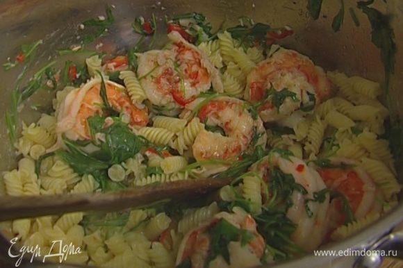 Отправить к креветкам макароны, влить немного воды, в которой они варились, 2–3 ст. ложки оливкового масла, добавить оставшуюся руколу, перемешать. Подавать тут же!