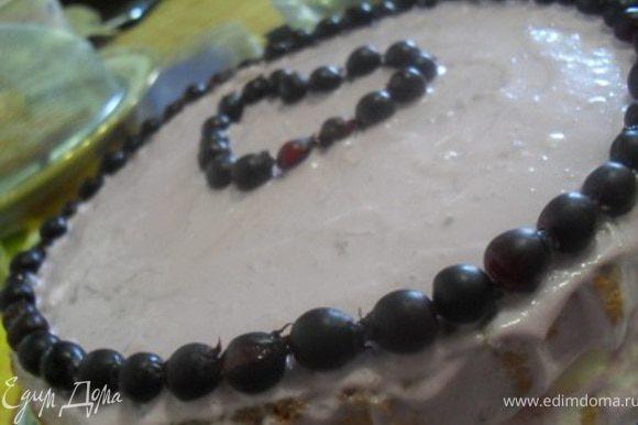 Достать торт из холодильника, покрыть верх и бока кремом, украсить ягодами.Убрать в холод для полного застывания на 4-5 часов, можно на ночь.