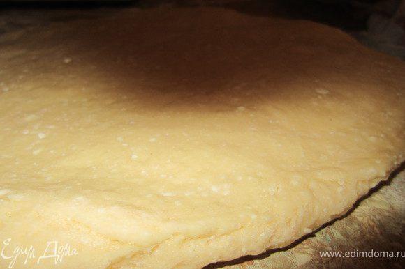 Тесто поделить на части и раскатать толщиной 1-2 см.