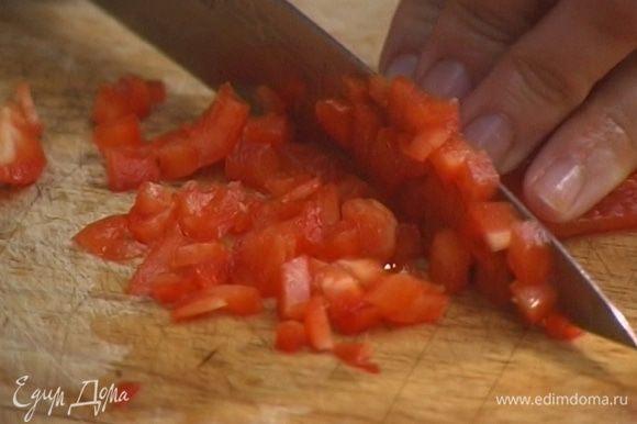 С перца срезать кожицу, удалить плодоножку с семенами, мякоть нарезать маленькими кубиками.