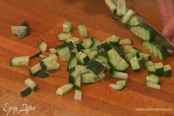 Огурцы нарезать такими же кубиками и смешать с папайей и перцем.