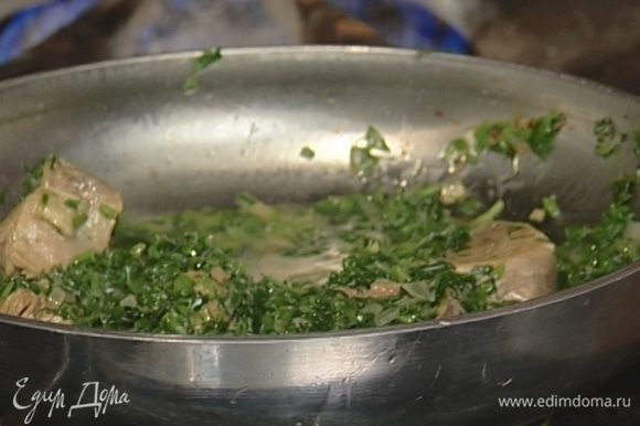 Выложить к луку вареную баранину, измельченную зелень, влить лимонный сок, если нужно, немного посолить и тушить на медленном огне 5 минут.