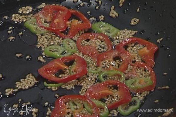 Перец чили нарезать тонкими кружками и слегка обжарить вместе с кунжутным семенем.