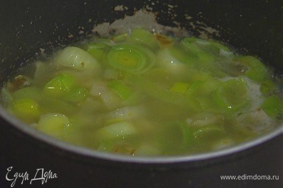 Приготовить соус: в небольшой кастрюле разогреть 1 ч. ложку сливочного и 1 ст. ложку оливкового масла, добавить лук-порей и чеснок из фарша, влить оставшийся бальзамический уксус, 300 мл воды и довести до кипения.