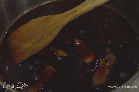Приготовить соус: в сковороде, где жарилось мясо, разогреть 1 ст. ложку оливкового масла и обжарить шалот до прозрачности, затем добавить крупномолотый черный перец и бальзамический уксус и дать уксусу выпариться.