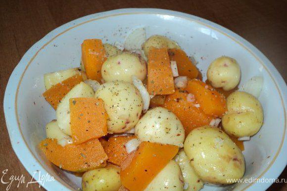 Картофель очистить, тыкву порезать кусочками, лук - полукольцами ( овощи можно брать любые по вкусу ). Овощи посолить, посыпать специями для картофеля, смешать.