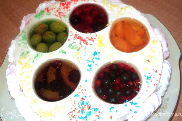 После охлаждения торт вынуть из формы, бока украсить половинками зефира ( обмакнув одной стороной в полузастывшее желе ), верх посыпать разноцветной кокосовой стружкой. Варианты украшения торта можно изменять. Например, вокруг желе сделать из крема лепестки цветов.