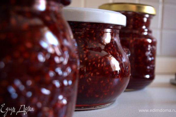 В получившийся остывший сироп положите ягоды и варите на слабом огне до готовности. Горячее варенье разложите по баночкам.