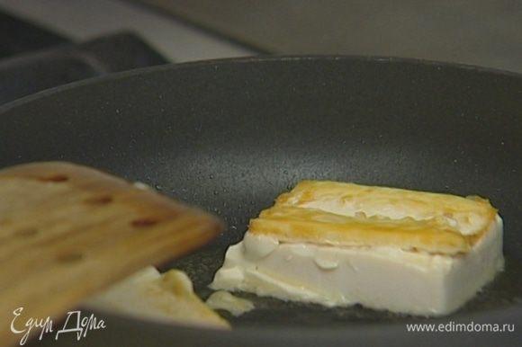 В отдельной сковороде разогреть 1 ст. ложку орехового масла и обжаривать тофу до появления золотистой корочки.