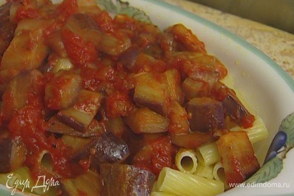 Огнеупорную форму, в которой вы будете подавать блюдо, смазать сливочным маслом. Выложить в нее макароны, затем баклажанный соус, а сверху сыр.