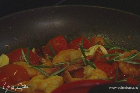 Влить соевый соус и тушить еще 2–3 минуты.