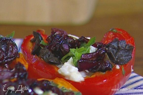 Запеченный перец выложить на блюдо, сверху на каждую половинку положить кусочек моцареллы, присыпать оливками и базиликом, добавить немного закарамелизированного лука.