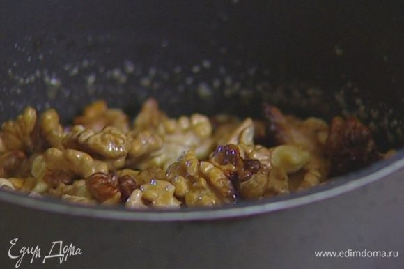 Добавить мед и сметану, перемешать, всыпать в получившийся крем орехи и еще раз перемешать.