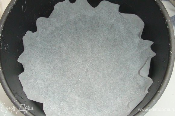Разогреть духовку до 170 градусов. Выпекать на пергаментной бумаге 20-25 минут каждый корж, у меня их три. Диаметр формы у меня 18 см.