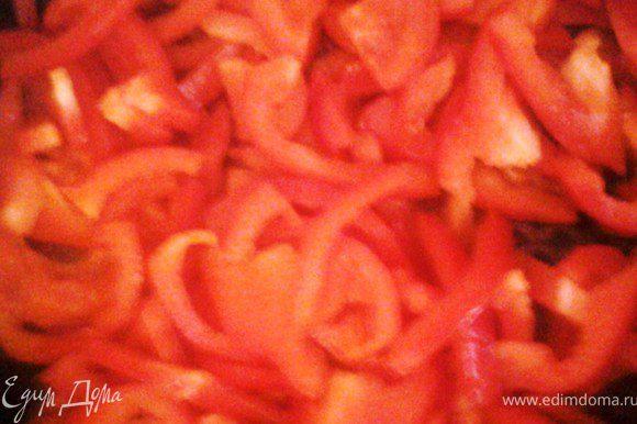 На растительном масле обжарить индейку. Отдельно обжарить перец с луком, когда перец станем мягким добавить помидоры и обжаривать еще минут 5. Картофель тоже обжарить, посолить, посыпать паприкой.