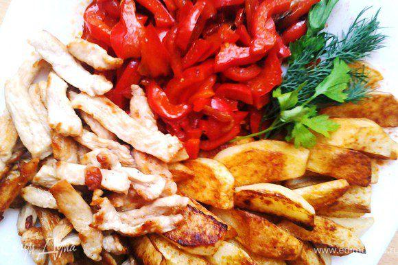 Я все выложила на блюдо по отдельности (дети не едят перец), но птицу и перец с томатами можно смешать, будет еще вкуснее. Приятного аппетита!