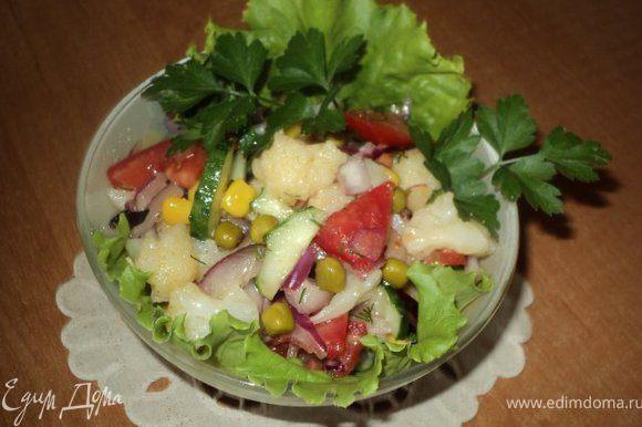 Смешать огурцы, помидоры, цветную капусту, отжатый замаринованый лук, добавить зеленый горошек и кукурузу. В половину оставшегося маринада добавить оливковое масло, хорошо перемешать, заправить салат. Можно добавить зелень.