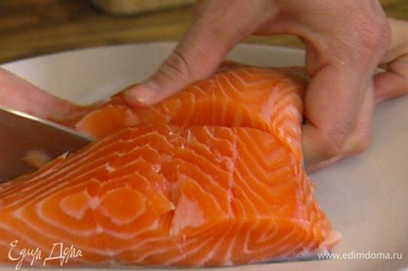 Рыбу разрезать на 2–3 части, посолить и поперчить.