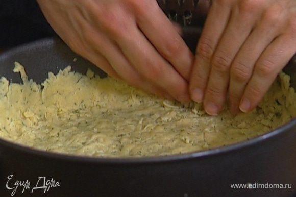 Раскатать тесто как можно тоньше, выложить в форму, сделав бортик, и поставить на 20 минут в морозилку.