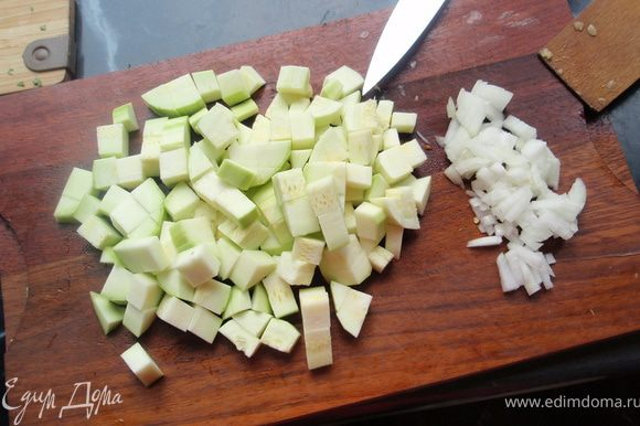 Чистим и нарезаем кабачок небольшими кубиками, шинкуем лук.