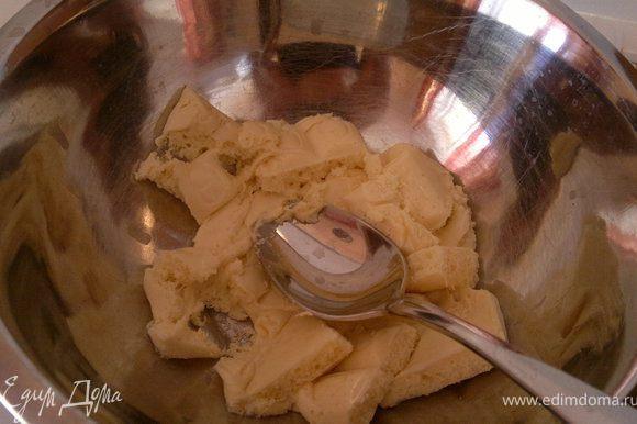 Приготовим крем. Растопит шоколад на водяной бане, добавить пару ложек сгущенного молока.
