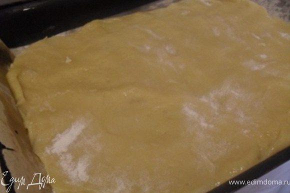 Тесто выложит в смазанную маслом форму.Выпекать при 200*С 5-7 минут.