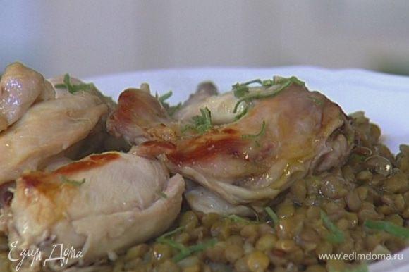 Готовое мясо сбрызнуть оставшимся оливковым маслом и присыпать нарубленным шалфеем.
