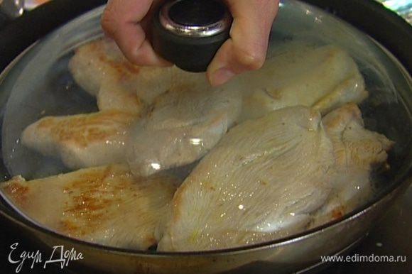 Разогреть в сковороде 1-2 ст. ложки оливкового масла и обжарить отбивные с обеих сторон до готовности. Оставить в горячей сковороде, накрыв фольгой.