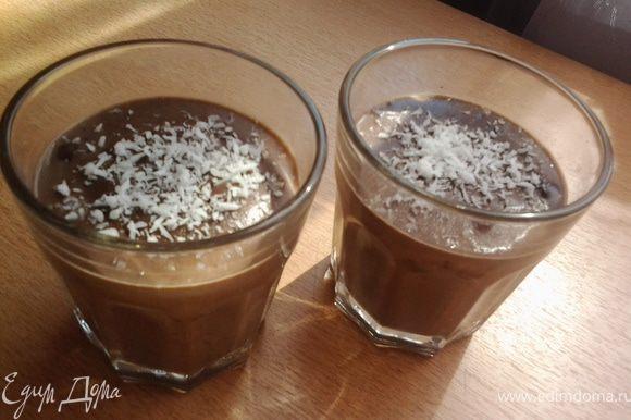 Разложить по айриш бокалам и украсить кокосовой стружкой, сверху тертым шоколадом.