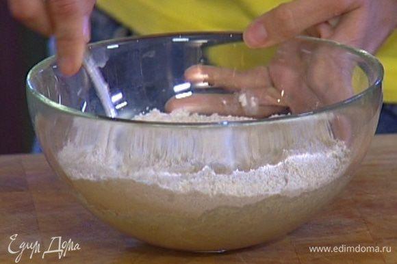 Развести дрожжи с медом в 150 мл теплой воды, добавить немного муки. Замесить опару, накрыть полотенцем и поставить в теплое место на 20 минут.