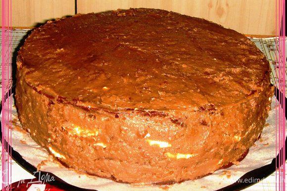 Промазать всю поверхность торта, включая бортики.