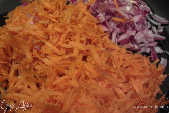 Растопить масло в сковороде на среднем огне. Добавить лук, чеснок, перец чили и жарить 2 минуты помешивая, не доводя до коричневого цвета. Добавить морковь, жарить еще 2 минуты.