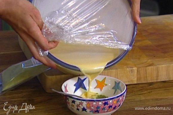 Порошок зеленого чая развести небольшим количеством горячих сливок с желтками и перемешать, затем добавить получившуюся пасту в оставшуюся сливочно-желтковую массу и протереть через сито, чтобы избавиться от комочков.