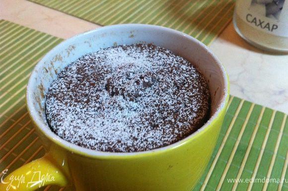 """С первого раза у меня не получилось: чашка была маленькой и тесто выползло из нее. Второй раз я взяла чашку побольше, но бисквит на вкус был """"никакой""""- вкуса не было...А в третий раз я добавила специи (об этом я указала в окончательном варианте рецепта)- это было уже что-то! Есть такой бисквит нужно из чашки, полив растопленным шоколадом или посыпав сахарной пудрой."""
