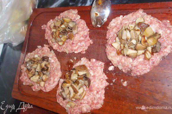 В центр лепешек укладываем грибы с луком.