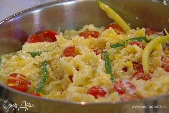 Соединить макароны с творогом, выложить в сковороду с фасолью, перемешать, добавить помидоры черри, немного воды, в которой варились макароны, немного оливкового масла, сок и цедру лимона.