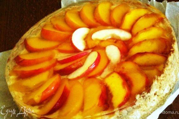 ... летом хочется фруктов и праздника. Продолжаем! Оставляем пирог остыть. Нарезаем два персика ломтиками, красивенько выкладываем, заливаем приготовленным раствором для желе и в холодильник. Приятного аппетита!