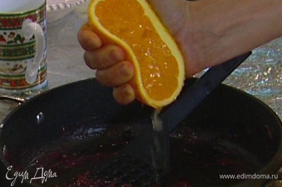 Из лайма и апельсина выжать сок.