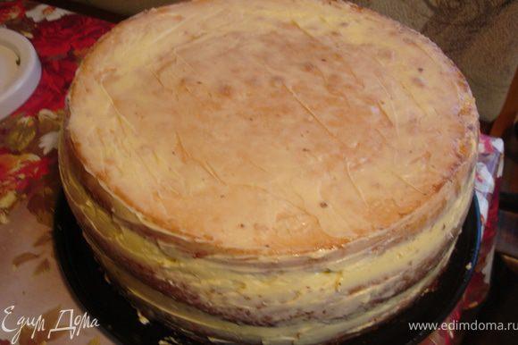 Масляный крем. 80 г размягченного сливочного масла смешать миксером с 100 г сгущенного молока. Полученным кремом полностью ровно обмазать торт №1 и убрать в холодильник. Через некоторое время, когда масляный крем в холоде немного схватится, длинным ножом убрать все неровности. Можно повторно проделать эту операцию, чтобы выровнять торт идеально. Оставить торт в холодильнике.