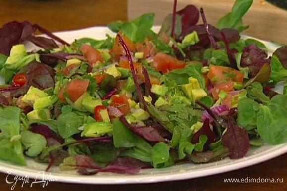 Салатный микс выложить на большое блюдо, сверху разложить половину порубленных овощей, все слегка сбрызнуть оливковым маслом и соком лимона, посолить и поперчить.
