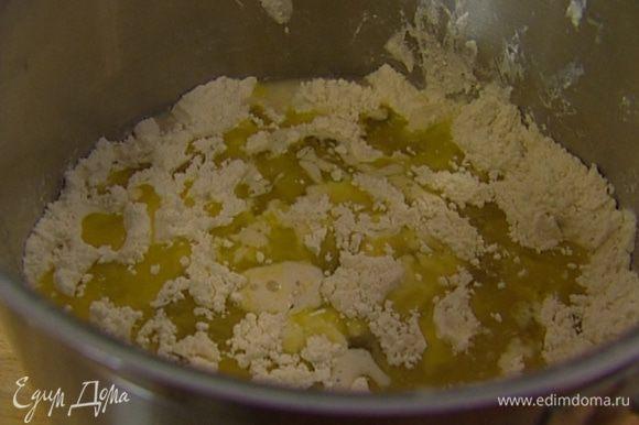 Влить в закваску вино, оливковое масло, еще 90 мл теплой воды и вымешать тесто ложкой.