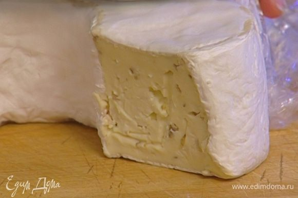 Сыр порезать кусочками.